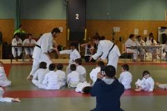 Maud et Fabrice aident à l'exécution du kata