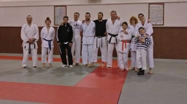 Le petit groupe d'adulte pour le karaté jutsu